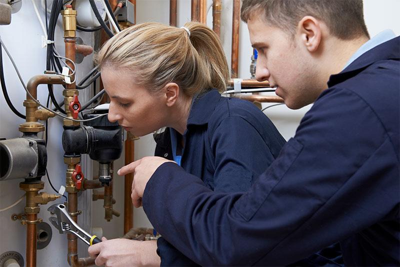 Unterstützung bei der Wärmepumpen Installation Handwerker Installateure